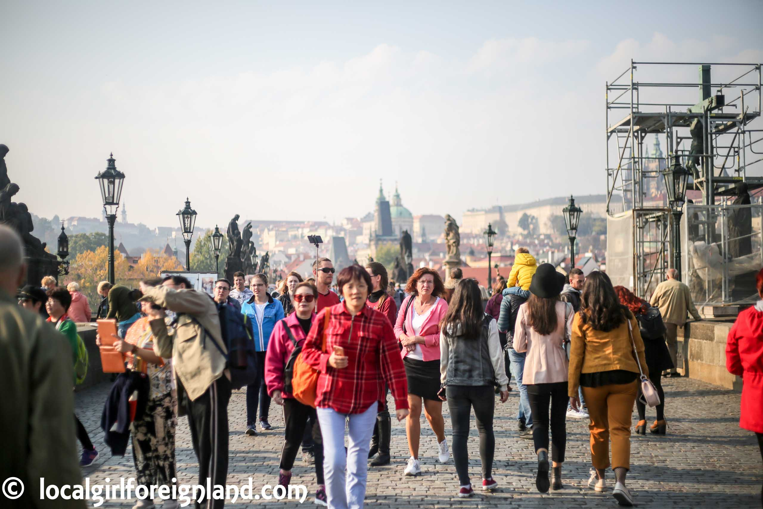 Charles-bridge-prague-crowd